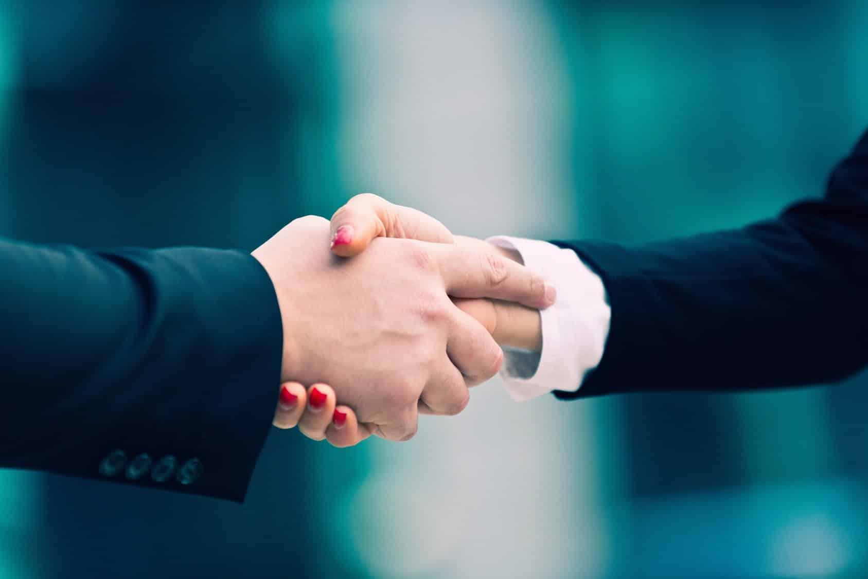 Zwei Unternehmer schütteln sich die Hand